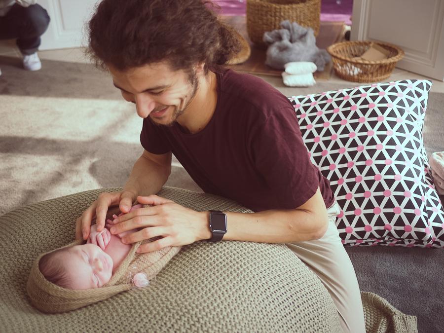 Portrait du photographe de nouveau-né en pleine session